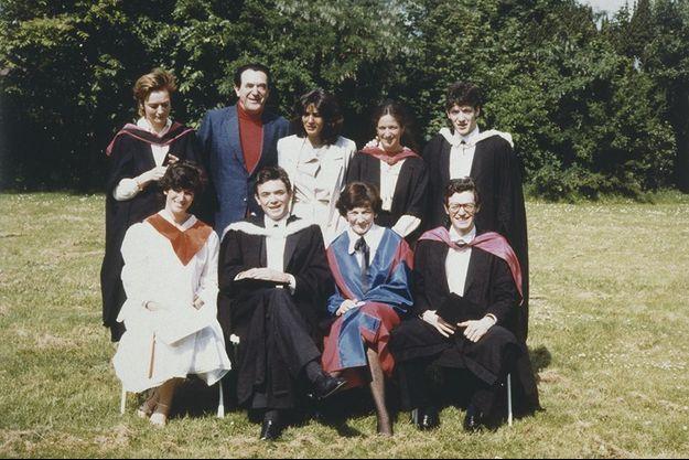 Elisabeth et Robert Maxwell avec leurs enfants Kevin, Philip, Ian, Anne, Christine, Isabel et Ghislaine Maxwell (à gauche de Robert Maxwell). Cette dernière sera la compagne de Jeffrey Epstein au début des années 2000.