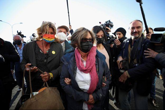 Paola et Claudio Regeni, les parents de Giulio Regeni, arrivent au tribunal avec leur avocate Alessandra Ballerini, le 14 octobre 2021.