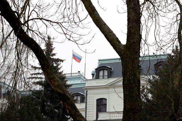 L'ambassade de Russie à Prague, en République tchèque. Le pays a annoncé lundi l'expulsion de trois diplomates russes.