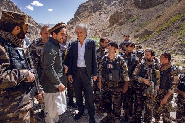 Près de Jangalak, son village dans la montagne, Ahmad Massoud entouré des commandants de son armée.
