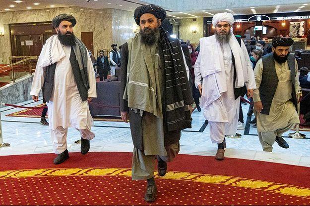 Le mollah Abdul Ghani Baradar (au centre) lors de son arrivée à des pourparlers à Moscou en mars 2018.