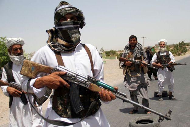 Des moudjahidines soutenant les forces afghanes se préparent à affronter les Taliban, dans la province d'Herat, le 10 juillet 2021.