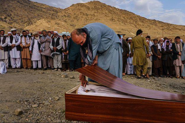 Un homme rend hommage à Zemari Ahmadi, tué par une frappe américaine en Afghanistan le 26 août.