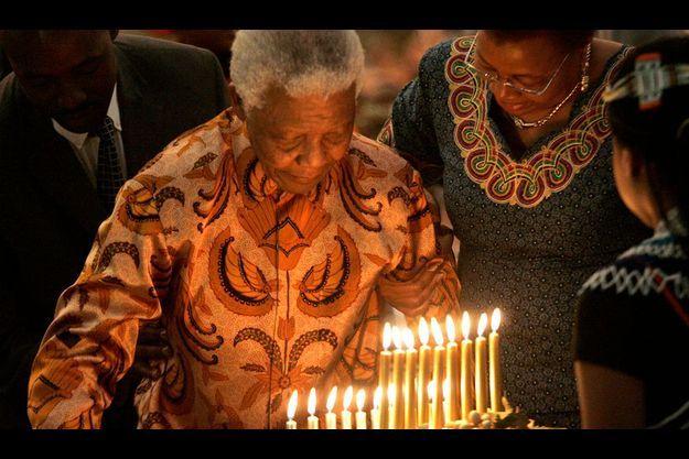 Nelson Mandela fêtant ses 90 ans en juillet 2008, . A dr. son épouse Graça Machel.