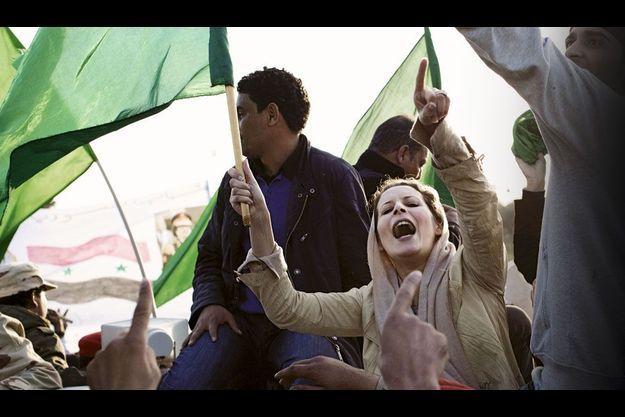 Tripoli, mars 2011: Aïcha se joint aux partisans venus se proposer comme boucliers humains, la veille des premiers bombardements de la coalition.
