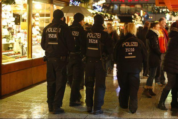 Des policiers allemands patrouillent au marché de Breitscheidplatz où un camion a foncé dans la foule.