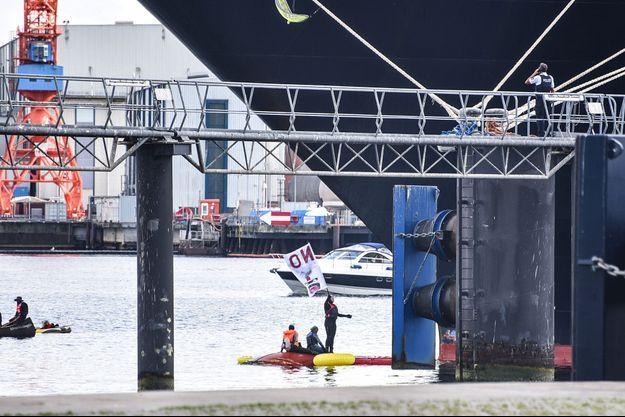 Des activistes écologistes bloquent le paquebot Zuiderdam dimanche en Allemagne.