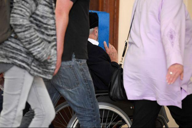Bruno Dey se dissimule le visage au tribunal de Hambourg, le 23 juillet.