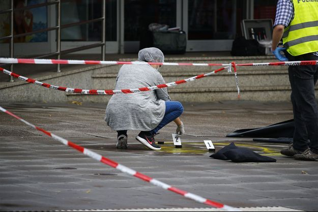 Image d'illustration. Les enquêteurs devant le supermarché d'Hambourg où un homme a poignardé des clients vendredi.