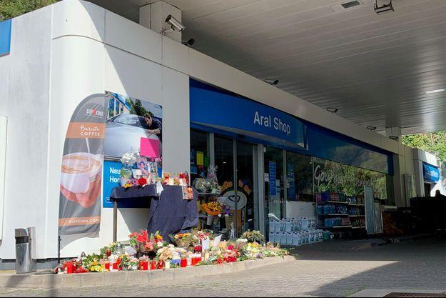 Des fleurs déposées devant la station service où a été tué le jeune employé.