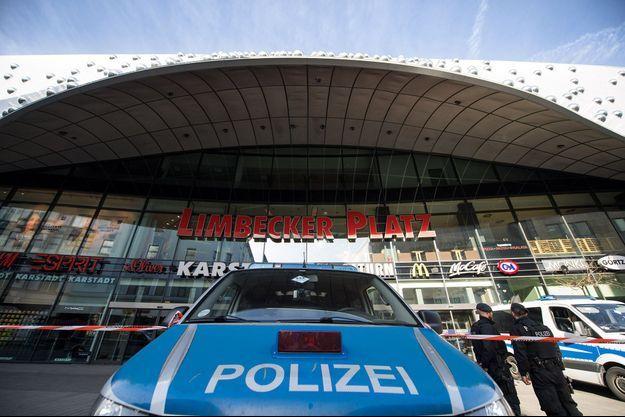 Les policiers devant le centre commercial à Essen.