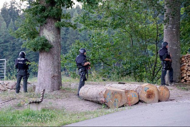 Des officiers de police armés en Forêt noire.