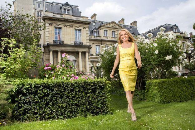 Jane Hartley devant la résidence officielle de l'ambassadeur des Etats-Unis, rue du Faubourg-Saint-Honoré, à Paris, jeudi 28 mai.