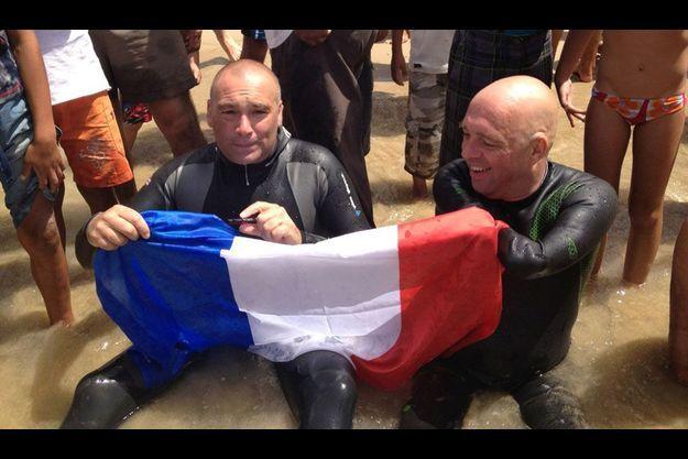 Arnaud Chassery et Philippe Croizon à leur arrivée à Cirès, sur la côte marocaine, jeudi.
