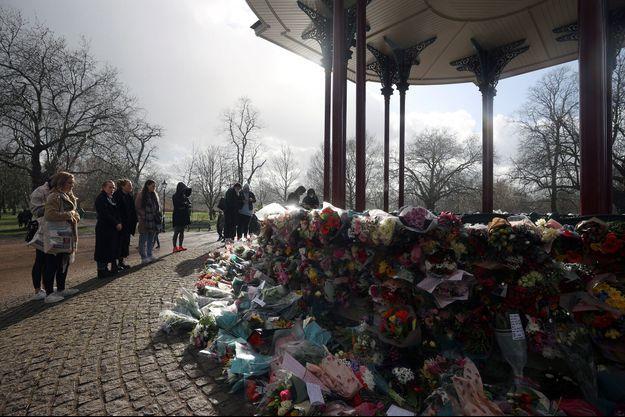Les Londoniens se recueillent à Clapham Common Bandstand, après le meurtre de Sarah Everard.