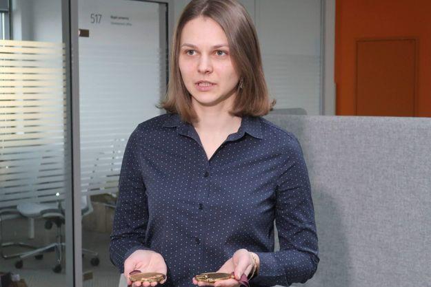 Anna Muzychuk expose ses deux médailles de championne du monde en Blitz et parties rapides le 26 décembre 2017 dans sa ville natale de Lviv en Ukraine, d'où elle nous accorde cette interview