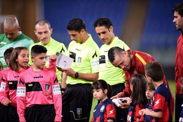 Lecture du journal d'Anne Frank et distribution d'extrait du mémoire de Primo Levi, avant le match de l'AS Roma contre Crotone, le 25 octobre 2017