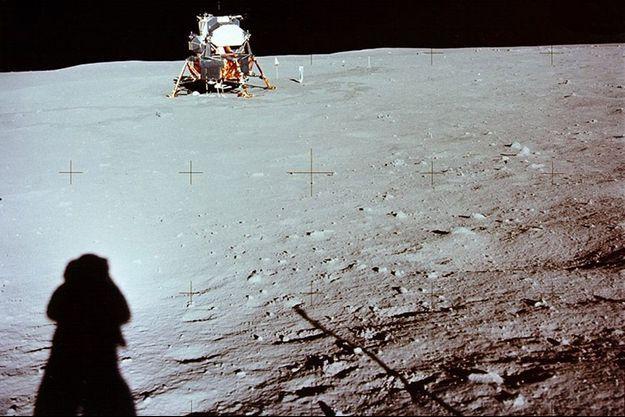 L'ombre de Neil Armstrong sur la lune, objet de tant de fantasmes et d'interrogations.