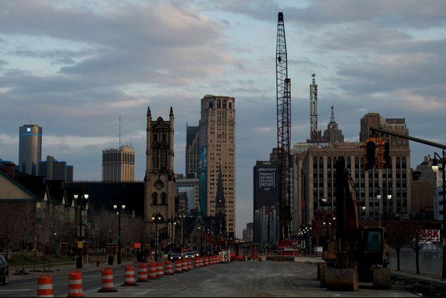 Woodward Avenue en travaux avec la tour de General Motors au fond à gauche. Un tramway doit y voir le jour début 2017.