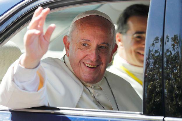 Le pape se rend en voiture à l'aéroport, direction le Bangladesh.