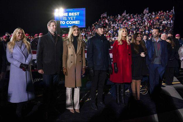 Tiffany, Eric et Lara Trump, Jared Kushner et Ivanka Trump, Kimberly Guilfoyle et Donald Trump Jr à Grand Rapids, dans le Michigan, le 2 novembre 2020, la veille de l'élection.