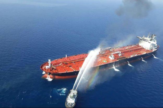 Un feu à bord d'un pétrolier en mer d'Oman.