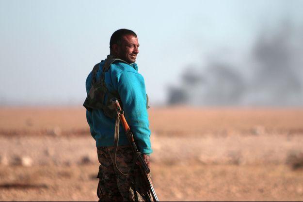 Un combattant des Forces démocratiques syriennes au nord de Raqa en Syrie, le 6 novembre 2016.