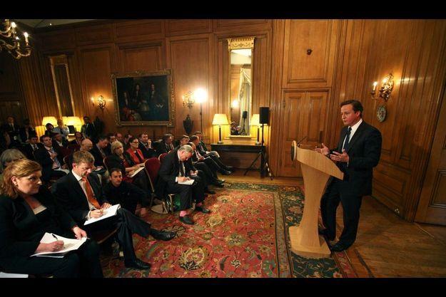David Cameron, à droite, va devoir faire face aux questions de la presse et des électeurs.
