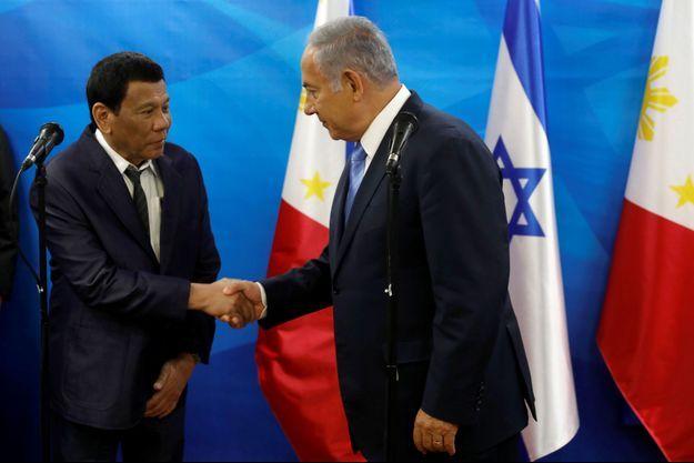 Poignée de mains entre Rodrigo Duterte et Benjamin Netanyahou.