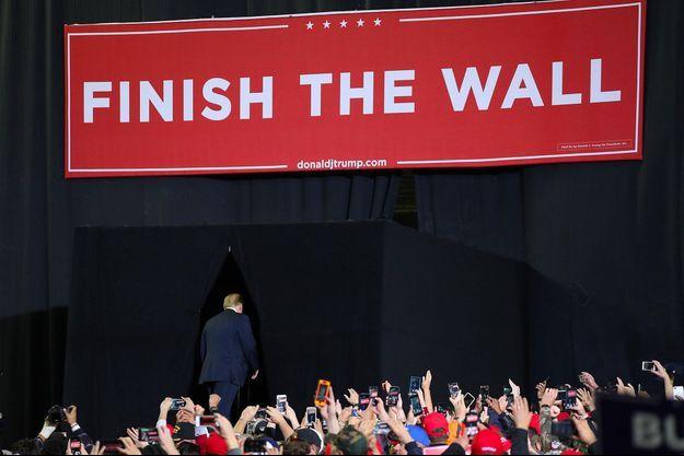 """""""Achevez le mur"""" est un slogan désormais utilisé par Donald Trump, comme lundi soir à El Paso. Le président prétend en effet que la construction du mur frontalier a déjà commencé."""