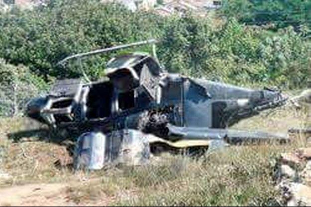 """La carcasse d'un des hélicoptères de l'équipe de tournage de """"Dropped"""" qui s'est écrasé lundi."""