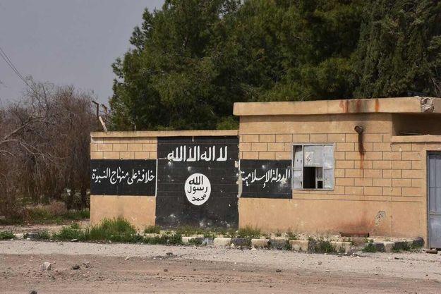 Drapeau du groupe jihadiste Etat islamique peint sur un mur.