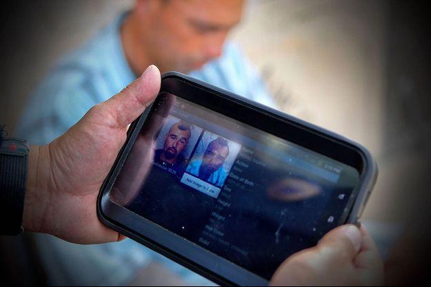 Un policier utilise une tablette équipée d'un logiciel de reconnaissance faciale à Chula Vista, en Californie, en février dernier (photo d'illustration).