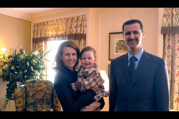 Bachar et Asma El-Assad en 2002, à Londres, avec leur fils, Hafez, 1 an à l'époque.