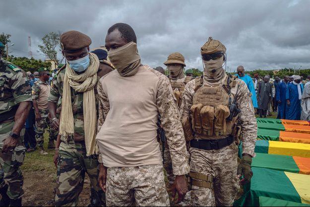 Le 6 septembre. Le colonel Goïta (au centre), chef de la junte, devant les cercueils des soldats maliens tués deux jours auparavant par les islamistes près de la frontière mauritanienne.