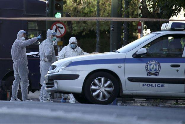 Les enquêteurs relèvent des indices après qu'une grenade a été lancée devant l'ambassade française à Athènes, jeudi.