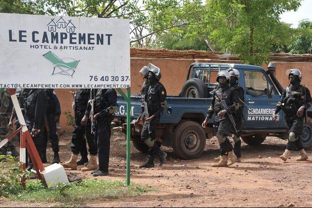 Les forces armées sur le lieu de l'attaque à Bamako, le 19 juin 2017.