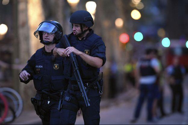 Des policiers à Barcelone après l'attaque.