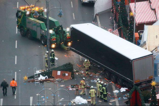 Un camion a foncé intentionnellement sur la foule d'un marché de Noël de Berlin, faisant au moins 12 morts et 48 blessés.