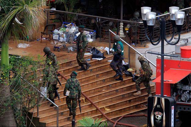 Les militaires kényans entrent peu à peu dans le centre commercial.