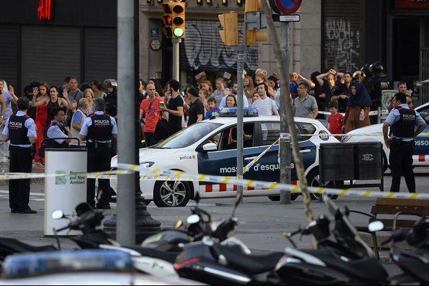 Des personnes non loin des Ramblas à Barcelone, où l'attaque a eu lieu jeudi 17 août.
