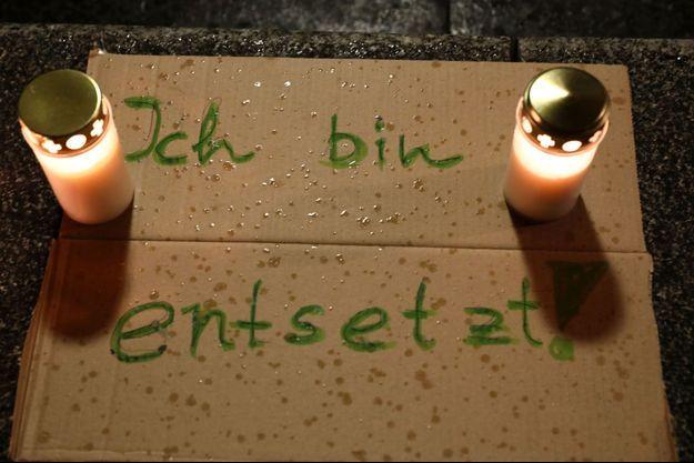 """Un panneau sur lequel il est écrit """"je suis horrifié"""" déposé en hommage aux victimes de l'attaque de Halle."""