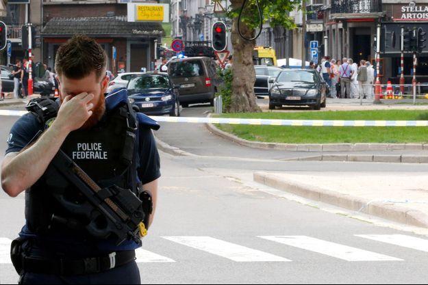 Un policier belge en larmes après l'attaque.
