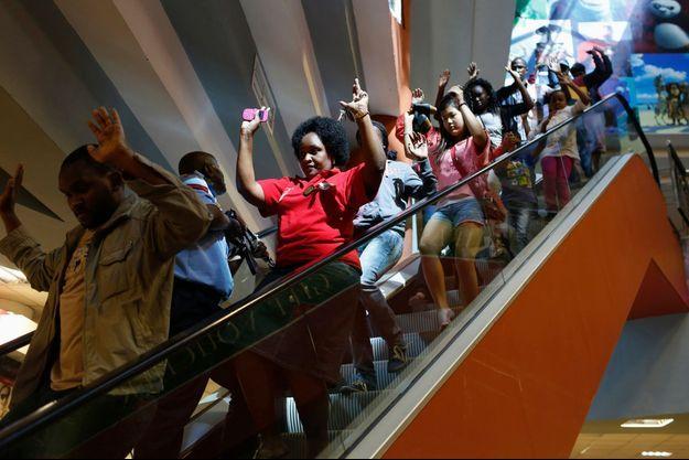 Des civils évacuent le centre commercial de Nairobi, samedi.