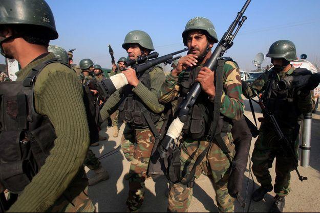 Des soldats postés en dehors de l'université où l'attaque a éclaté.