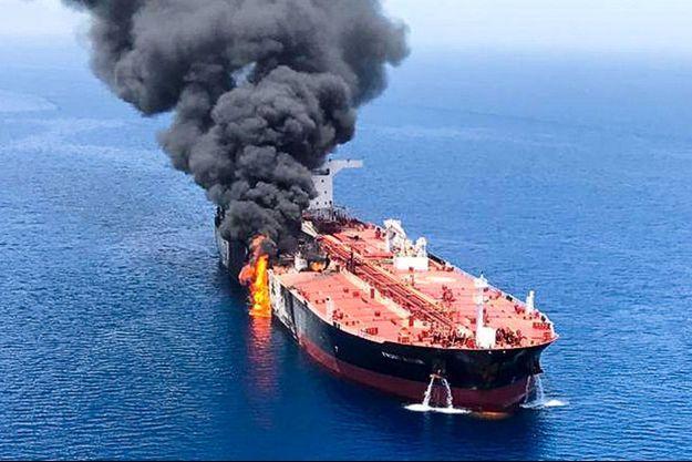 Un pétrolier en feu en mer d'Oman.