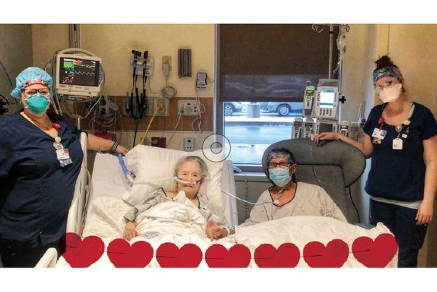 Le couple photographié au St. Elizabeth's Hospital, dans l'Illinois.