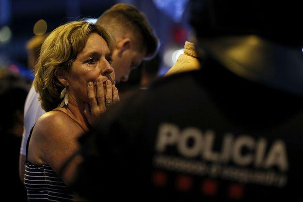 Une femme et un policier après l'attaque à Barcelone, jeudi 17 août.