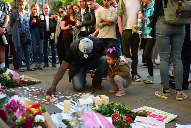 Les britanniques ont déposé des fleurs en hommage aux victimes, à Manchester.