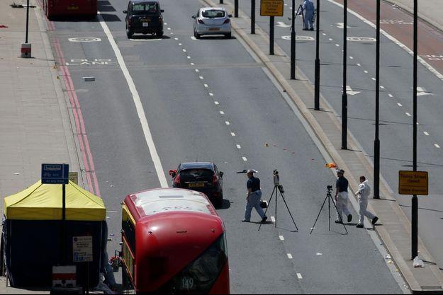Investigations sur le London Bridge, où les terroristes ont fauché des piétons.
